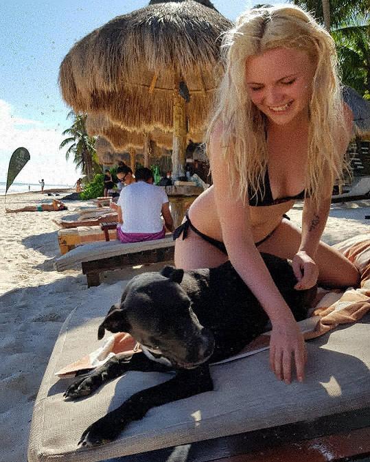 I v takovéto společnosti se zpěvačka baví na místních plážích.