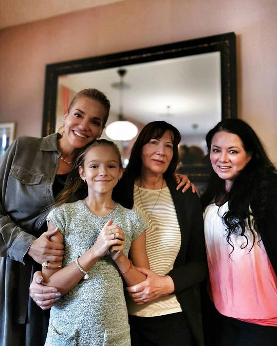 Na oslavě kromě Dařiny dcery Laury nechyběla zpěvaččina sestra Jana (druhá zprava) se syny Dominikem a Sebastianem.