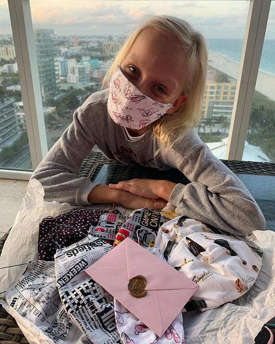 Salma se během pandemie učí doma.