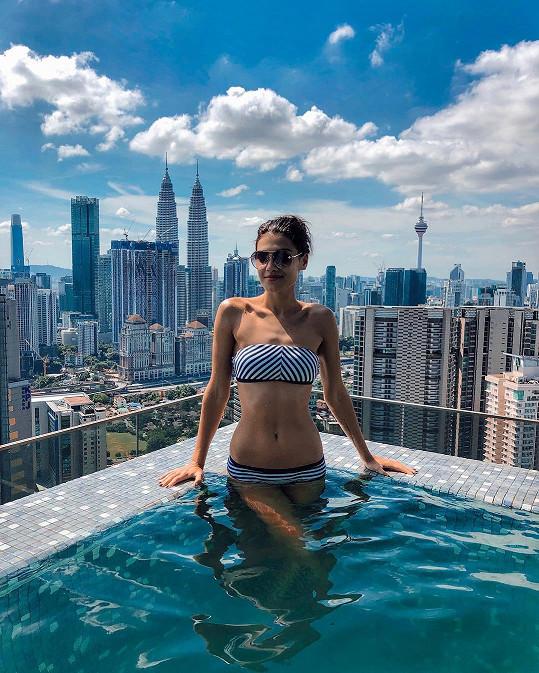 Andrea Kalousová poslala žhavý pozdrav fanouškům ze střešního bazénu, z kterého měla nádherný výhled na město.