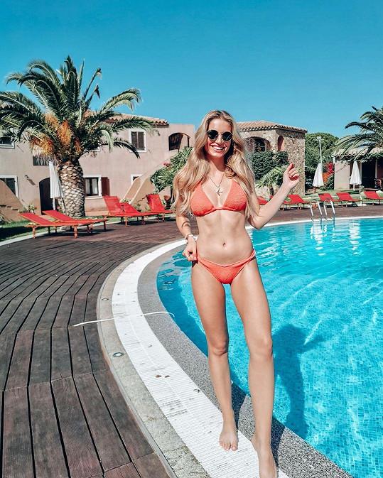 Karolína poslala fanouškům pozdrav od bazénu.