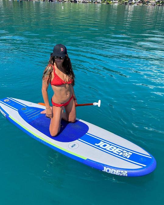 Vodní sporty miluje.