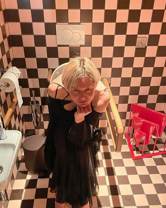 Herečka se v šatech nafotila na večeři s kamarády a do výběru snímků přidala i tento ze záchodu.