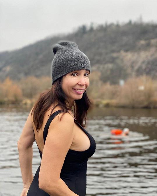 Imunitu koupáním ve studené vodě posiluje již několik měsíců.
