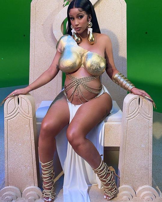 Rapperka ukazovala své těhotenské bříško i v klipech.