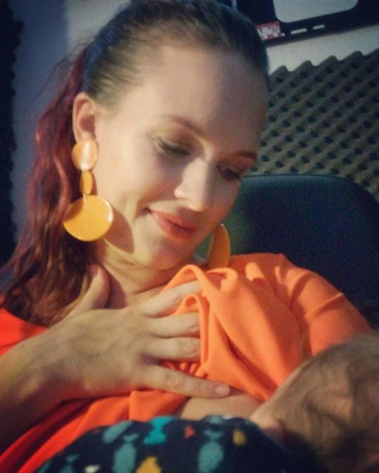 Kristýna Leichtová si na sociální síti pochvalovala, že její miminko dobře papá.