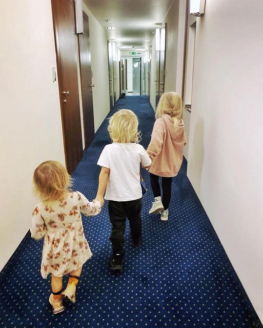 Klusová skončila s dětmi na hotelu.