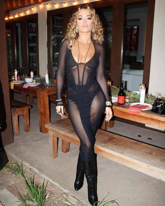 Rita Ora a její outfit na narozeniny jejího přítele