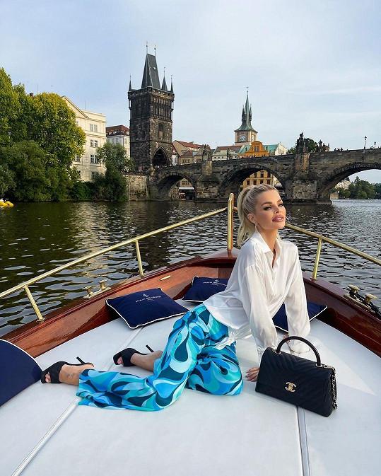 Fotka z projížďky po Vltavě nesmí chybět.