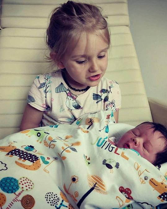 Starší dcerka Jasmínka se svou čerstvě narozenou sestřičkou