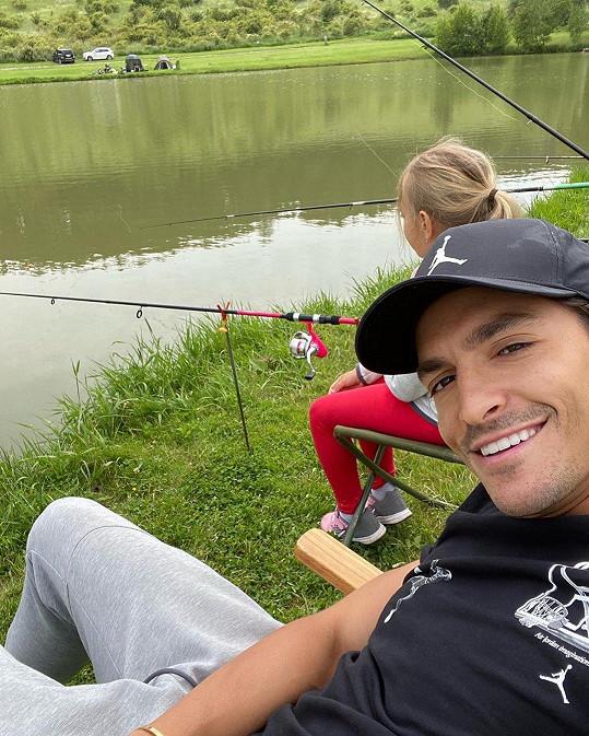 Michal Hrdlička vyrazil s dcerkou Lindou k vodě chytat ryby.