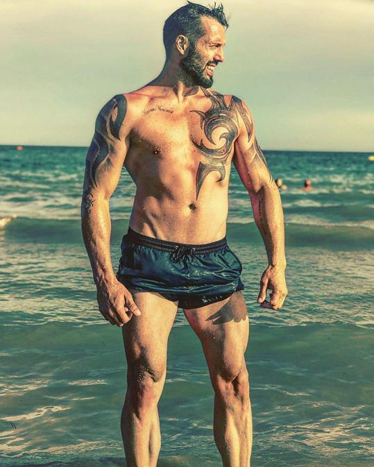 U moře ukázal také své namakané tělo.