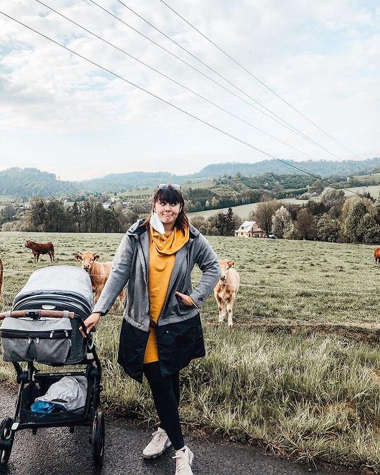 S kočárkem vyráží Farna pravidelně do přírody.