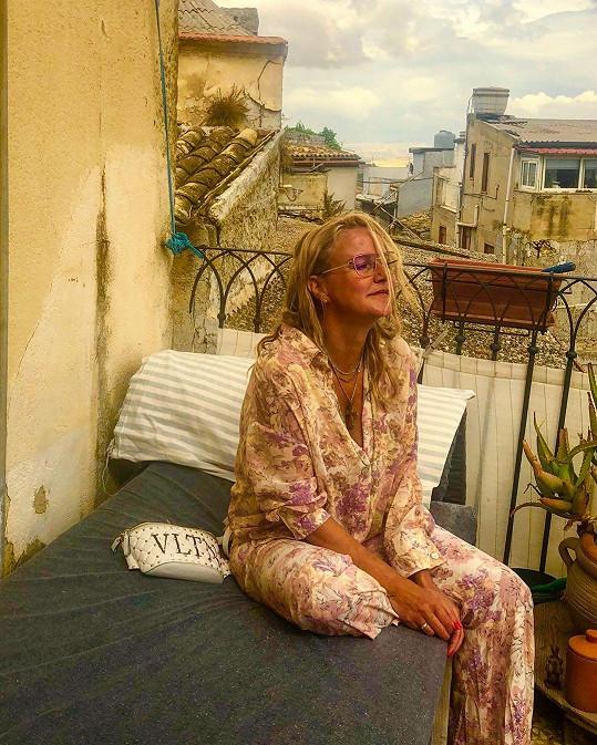 Vendula Pizingerová relaxuje na Sicílii.
