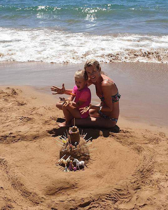 Na pláži upustila uzdu kreativitě.