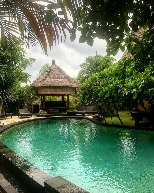 V tomto krásném bazénu se Simona koupe.