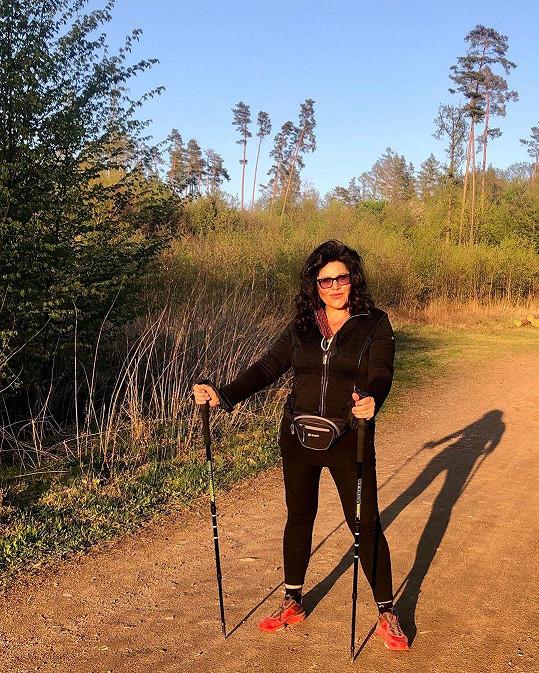 Ilona Csáková každý den chodí na dlouhé procházky.