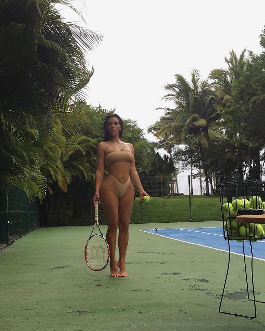 Kim Kardashian zapózovala spoře oděná při tenise.