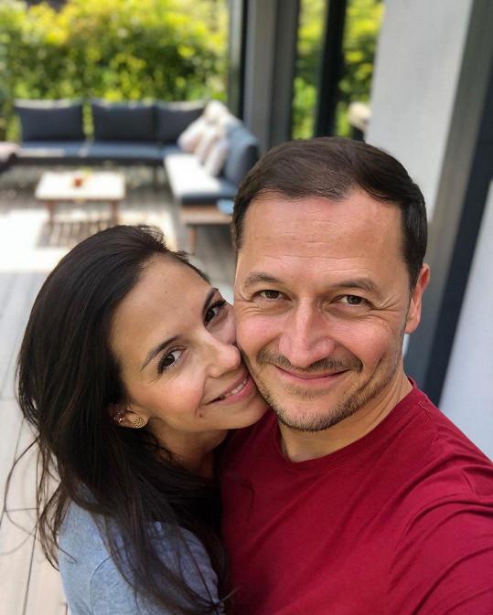 Seznámili se v České televizi a po dlouholetém partnertství si v roce 2014 řekli ano.