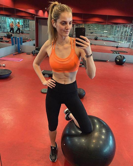 Figuru si udržuje pravidelným cvičením.