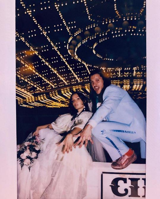 Sňatek v červenci oznámila zpěvačka Tove Lo, která se provdala za Charlieho Twaddla, novinku sdělila prostřednictvím sociální sítě, kde se pochlubila fotkou ze svatby.