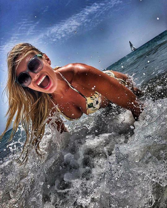 Za tuto fotku z dovolené sklidila Lucie Borhyová od fanoušků jen samou chválu.