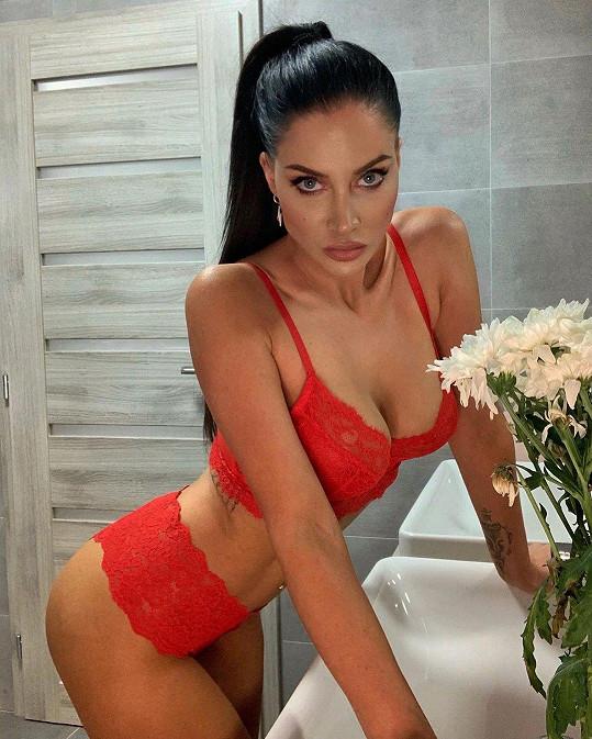 Andrea předvedla své sexy tělo v rudém prádle.