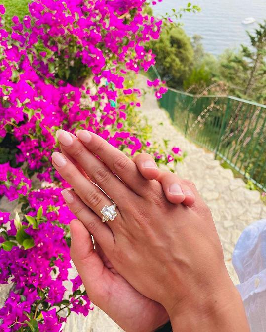 Pochlubila se krásným prstenem.