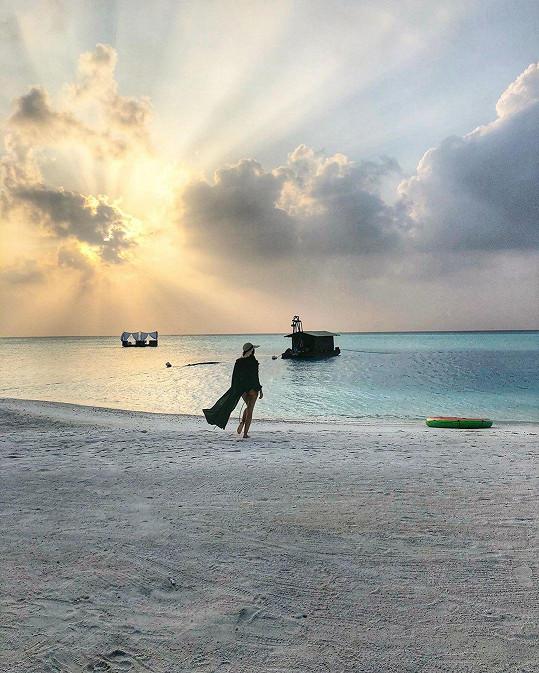 Radostnou novinu slavný pár oslavuje na Maledivách.