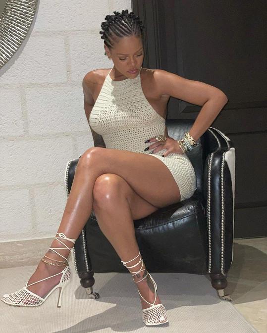 Rihanna umí být sexy i při prezentaci krému.