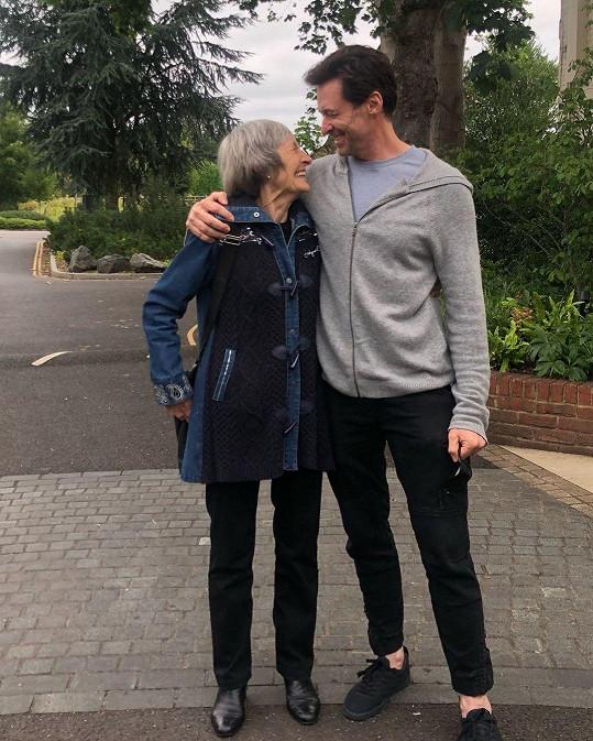 Hugh Jackman se pochlubil snímkem s maminkou Grace.