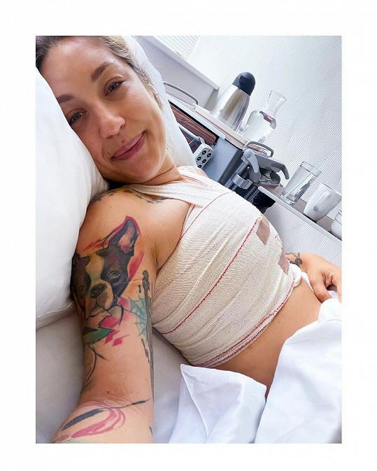 Nedávno fanouškům prozradila, že si po letech nechala vyjmout prsní implantáty a potýká se syndromem polycystických vaječníků.