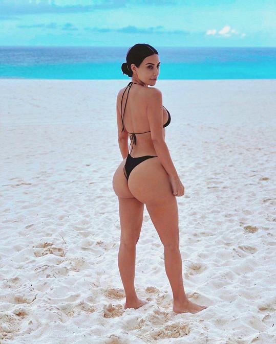 Kim předvedla zadeček v bikinách.