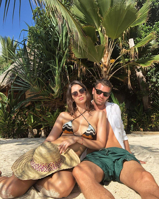 Na Zanzibar odletěl s manželkou a skoro půlroční dcerkou.