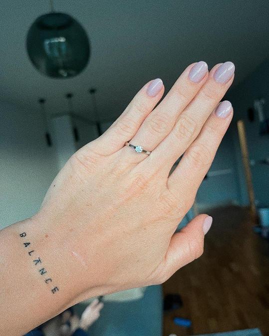 Ukázala prstýnek.