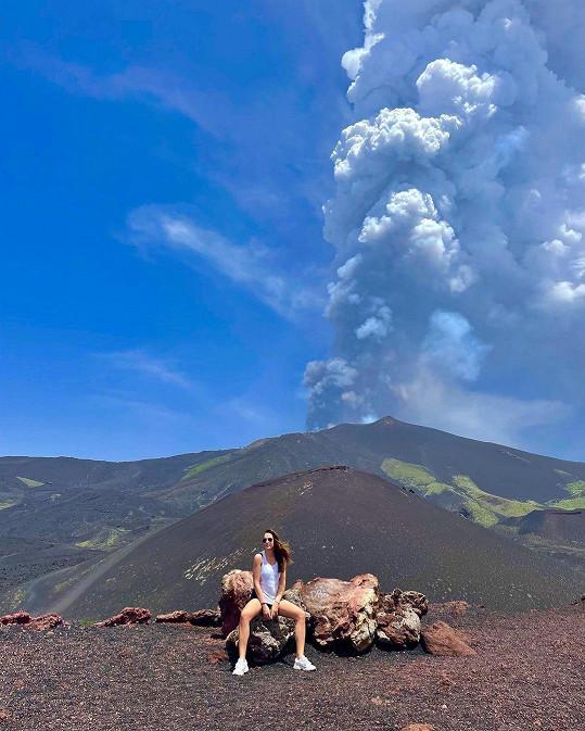 V pozadí s kouřící sopkou Etnou