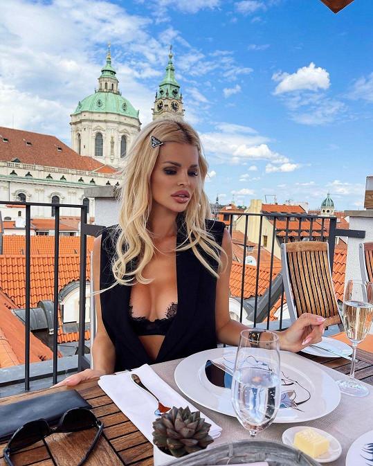 Do Prahy jezdí pravidelně kvůli práci a rodině. V budoucnu by se do Česka ráda přestěhovala.
