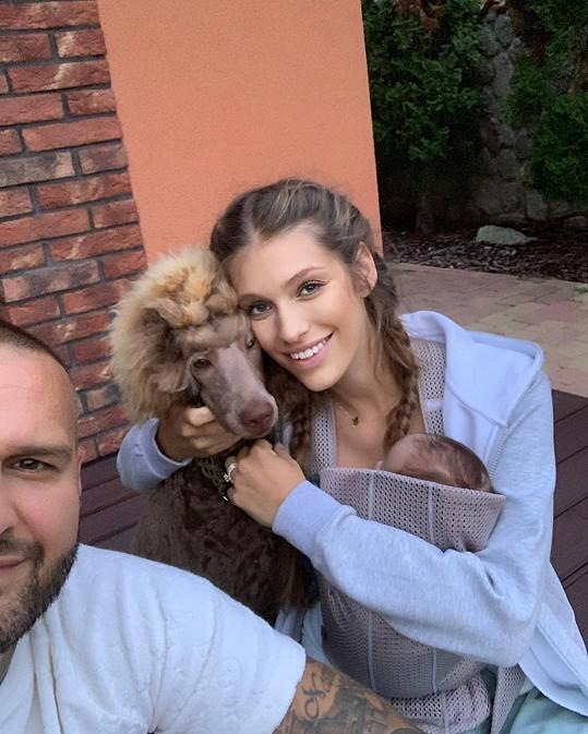 Jasmina Alagič se chtěla jen pochlubit rodinnou momentkou a popřát fence Daphne k Mezinárodnímu dni psů.
