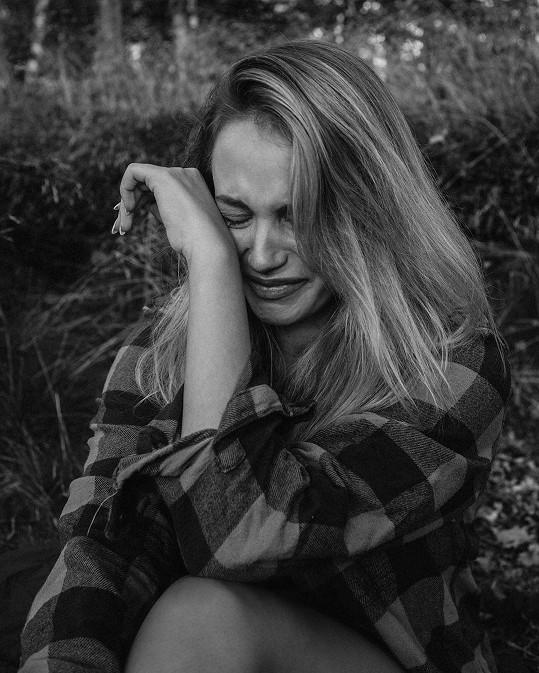 Svým emocím nechala volný průběh i během focení s kamarádem fotografem Adamem Michnou.