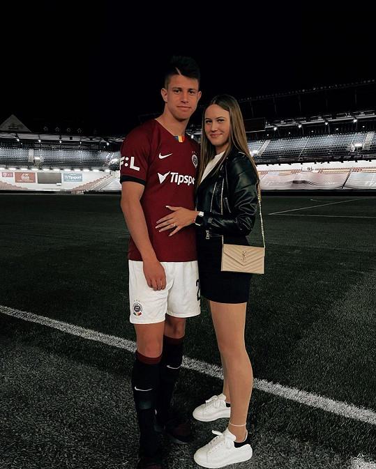 Mladý sparťanský útočník Adam Hložek s přítelkyní Veronikou