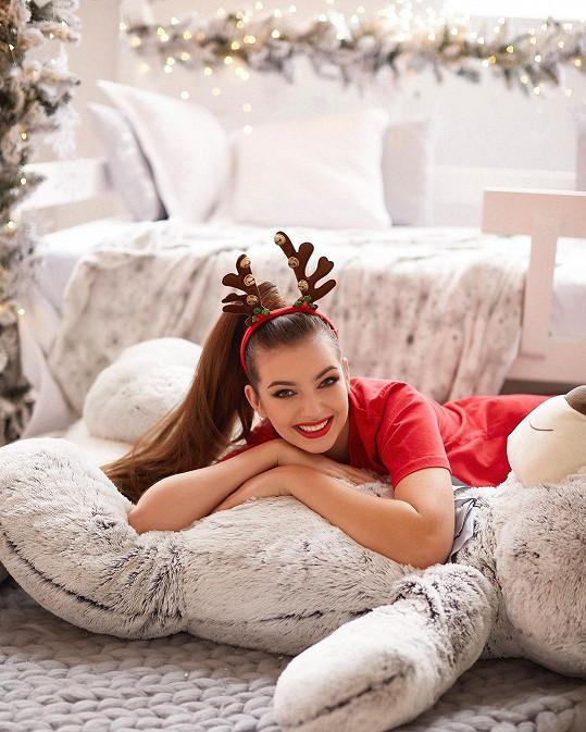 Na vánočních snímcích to zpěvačce opravdu sluší.