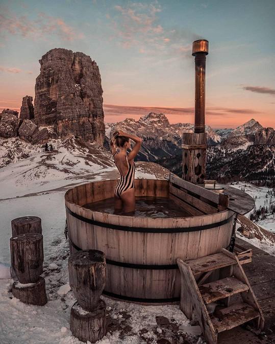 Z vyhřáté vířivky si Natálie Kotková užívala romantický západ Slunce v Alpách.