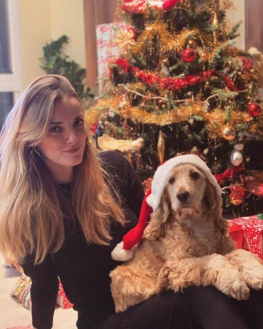 Jakubova přítelkyně Denisa Dvořáková u vánočního stromečku
