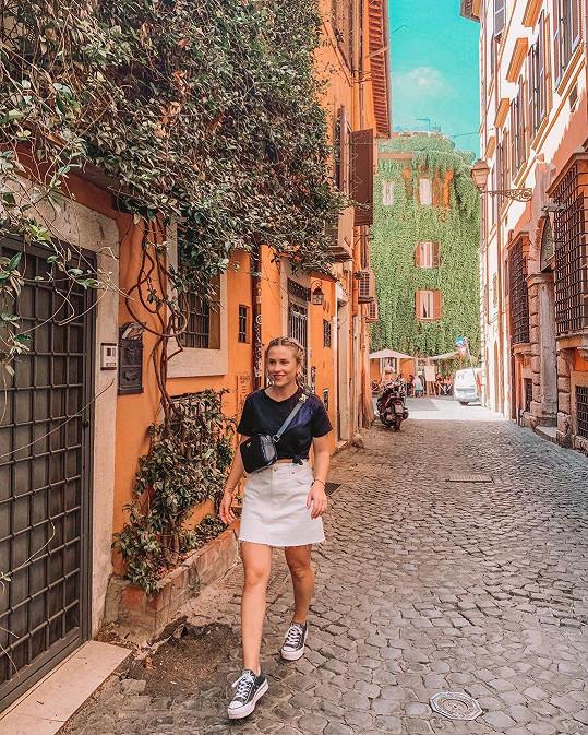 Takhle se procházela romantickými italskými uličkami.