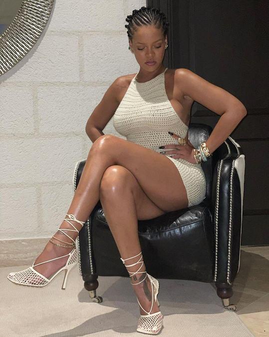 Aby vynikla lesknoucí se pokožka, oblékla na sebe kraťoučké minišaty.