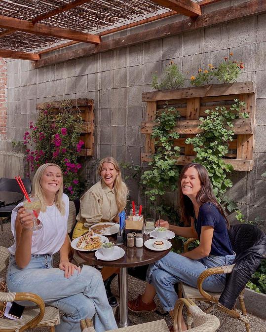 Na schůzku dorazily čtyři kamarádky. Tři z nich zjistily, že jsou těhotné a to Jitka Nováčková, Zorka Hejdová a Olga Plojhar Bursíková.