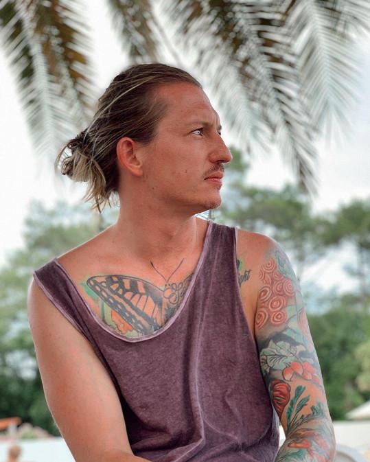 Jeho tělo zdobí několik barevných tetování.