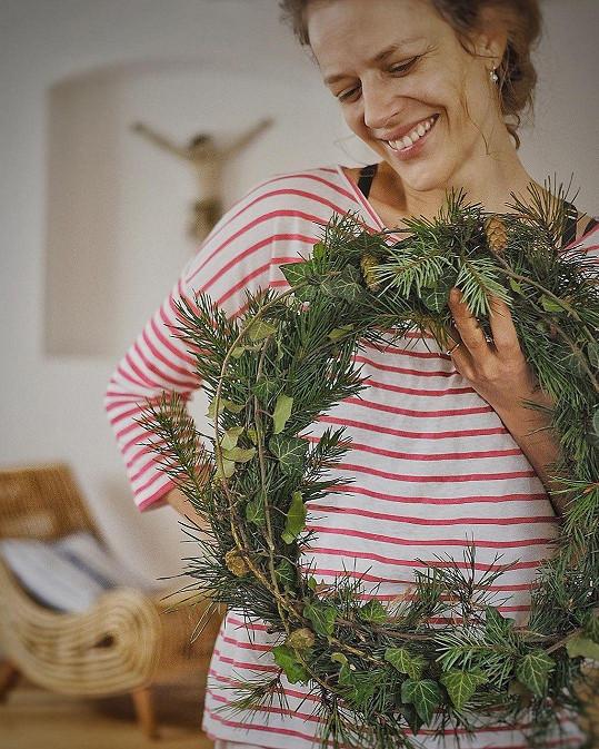 Andrea Růžičková si vytvořila věnec z toho, co našla v přírodě.