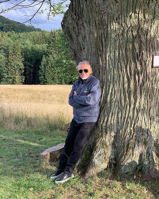 Karel Gott relaxuje v přírodě.