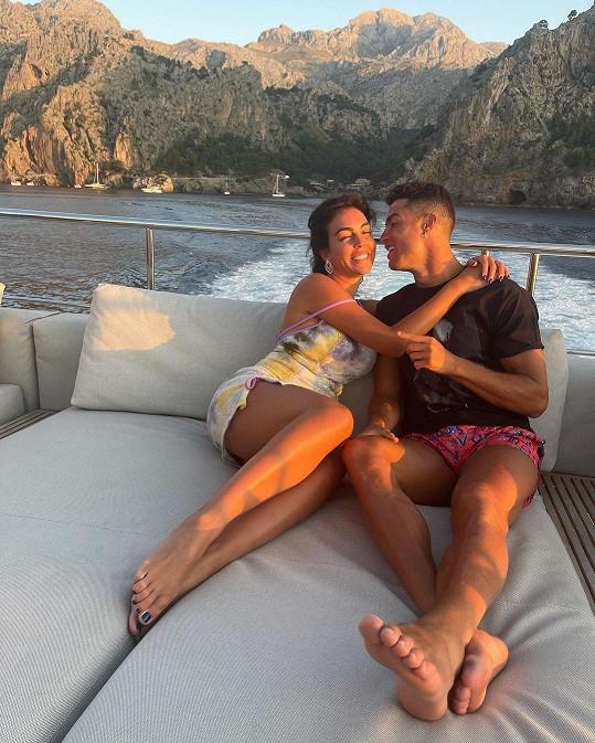 Jejich vztah začal v roce 2016. Cristiano potkal Georginu v obchodě Gucci v Madridu, kde pracovala jako prodavačka.
